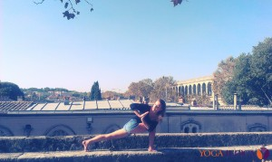 Marta Szczerek - yoga w parku Peyrou w Montpellier