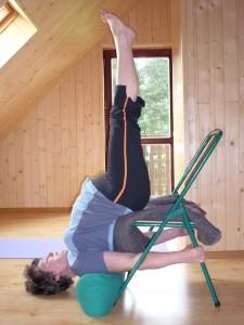 Świeca na krześle na Majówce Z Yoga Medica - Ela Ha